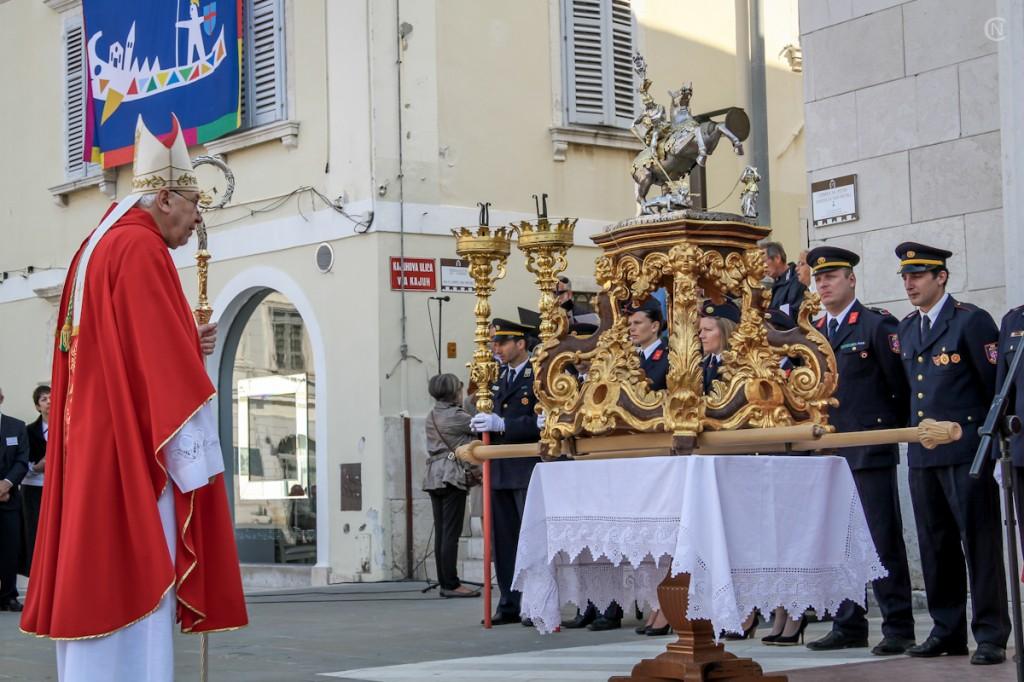 Škof Jurij s sv. Jurijem