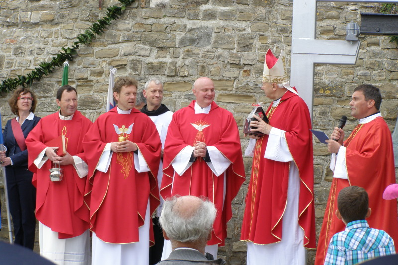 Župniki: Stanko Fajdiga, Janez Kavčič, Izidor Pečovnik in Zorko Bajc s škofom Jurijem Bizjakom